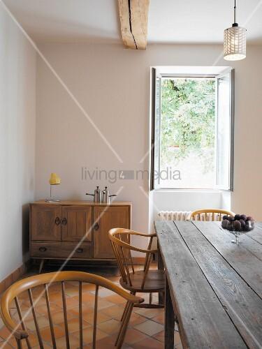 Holzstuehle Im Esszimmer : Rustikaler tisch und holzst?hle vor offenem fenster im