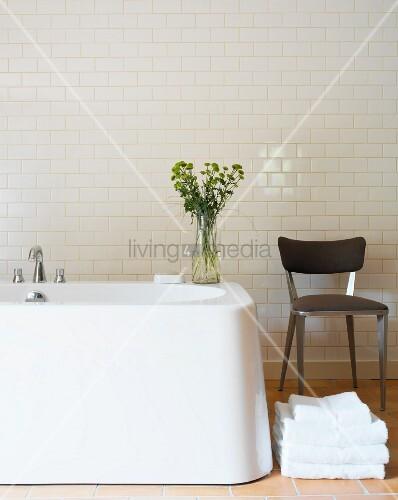 stuhl neben freistehender badewanne vor wand mit weissen. Black Bedroom Furniture Sets. Home Design Ideas