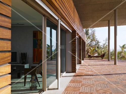 terrassenplatten aus holz an haus im grossz gigen 60er stil mit betonauskragung auf st tzen und. Black Bedroom Furniture Sets. Home Design Ideas