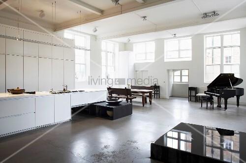 Offene küche kaufen  Wohnraum mit offener Küche, Esstisch & Klavier – Bild kaufen ...