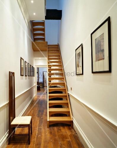 stuhl aus jugendstilzeit und offene holztreppe im schmalen. Black Bedroom Furniture Sets. Home Design Ideas