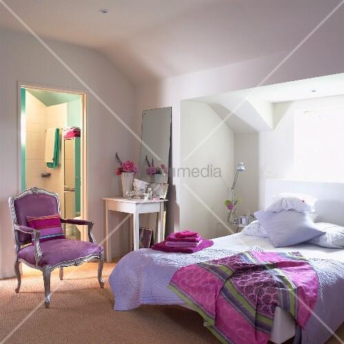 Schlafzimmer in lila und rosa Țnen unter dem Dach Рliving4media