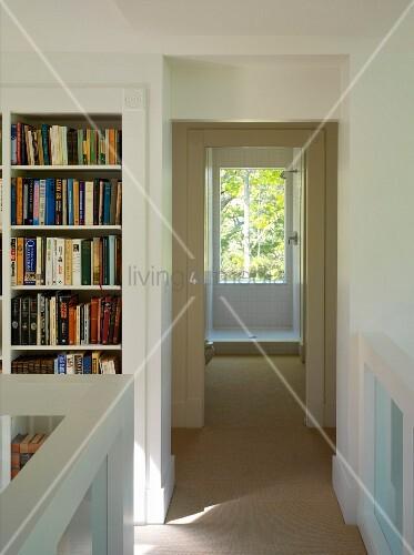 Flur mit eingebautem Bücherregal – living4media ~ Bücherregal Flur