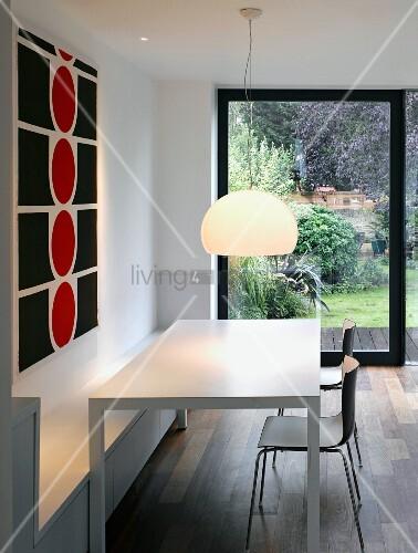 ein langer weisser esstisch mit st hlen und sitzbank. Black Bedroom Furniture Sets. Home Design Ideas