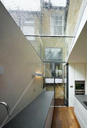 Höhe Einer Kücheninsel ~ unterschränke und kücheninsel in einer küche mit glasdach u2013 bild kaufen u2013 living4media