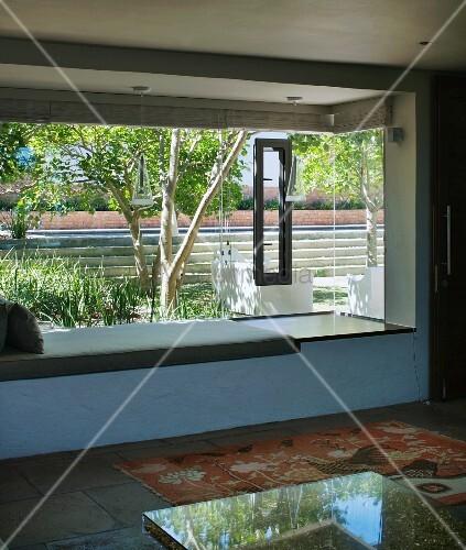 ein wohnzimmer mit sitzbank vor dem fenster bild kaufen living4media. Black Bedroom Furniture Sets. Home Design Ideas
