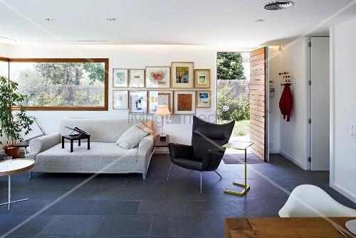 indirekte beleuchtung und schieferfliesen in modernem wohnzimmer mit langem eckfenster und. Black Bedroom Furniture Sets. Home Design Ideas