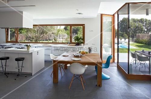 moderne k che und essbereich mit schieferboden und verglaster terrassenfront bild kaufen. Black Bedroom Furniture Sets. Home Design Ideas