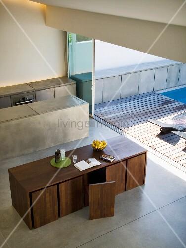 blick von oben auf designer esstisch mit st hlen in kubischer form und monolithischem. Black Bedroom Furniture Sets. Home Design Ideas