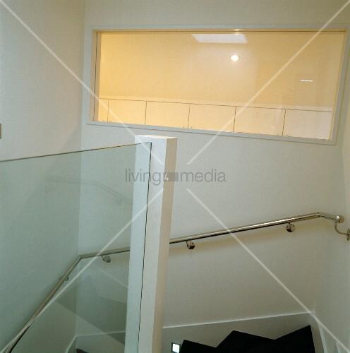 edelstahlhandlauf an wand im weissen treppenhaus und beleuchtetes oberlicht bild kaufen. Black Bedroom Furniture Sets. Home Design Ideas