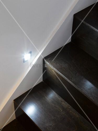 holztreppe mit beleuchtung bild kaufen living4media. Black Bedroom Furniture Sets. Home Design Ideas