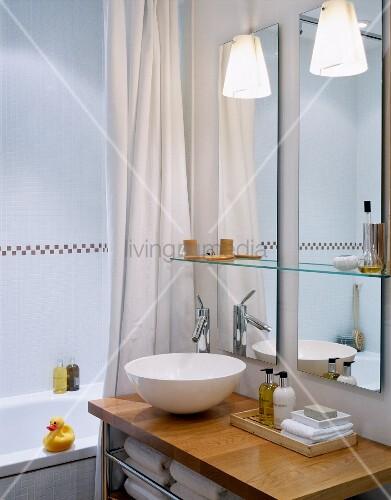 weisse waschsch ssel auf holzplatte vor wandspiegel im modernen bad bild kaufen living4media. Black Bedroom Furniture Sets. Home Design Ideas