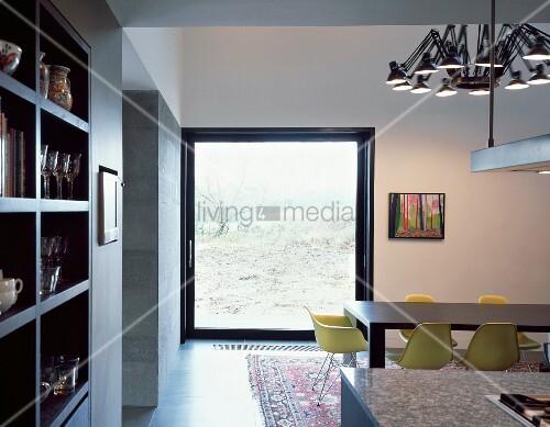 essplatz mit gelben schalenst hlen vor raumhohem fenster mit ausblick bild kaufen living4media. Black Bedroom Furniture Sets. Home Design Ideas