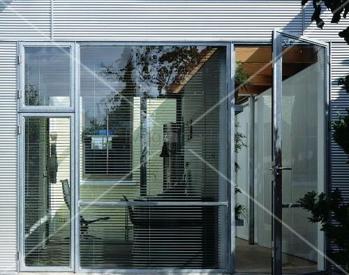 fensterfront mit terrassent r und geschlossener jalousie bild kaufen living4media. Black Bedroom Furniture Sets. Home Design Ideas