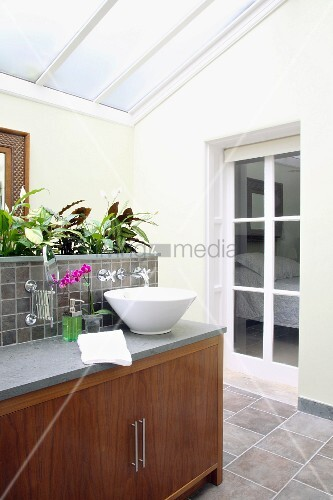 Modernes bad ensuite mit glasdach und pflanzen auf for Innendesigner schweiz