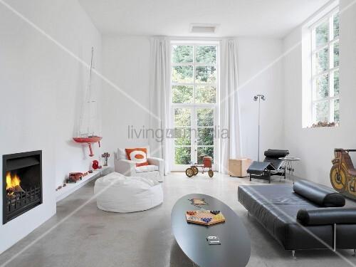 retro m bel im stil der 30er und 60er jahre und sammlung von ausgefallenen spielzeugen in hohem. Black Bedroom Furniture Sets. Home Design Ideas