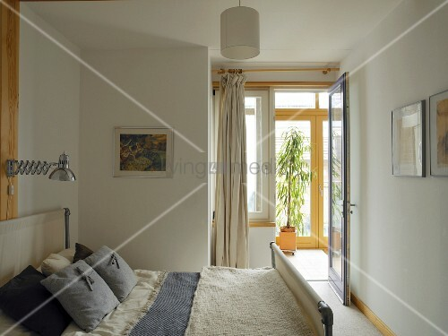 Kleines einfaches schlafzimmer doppelbett mit stoffen for Kleines doppelbett