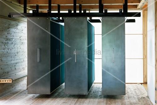 h nge schiebeschr nke mit stahlfronten vor transluzenten. Black Bedroom Furniture Sets. Home Design Ideas