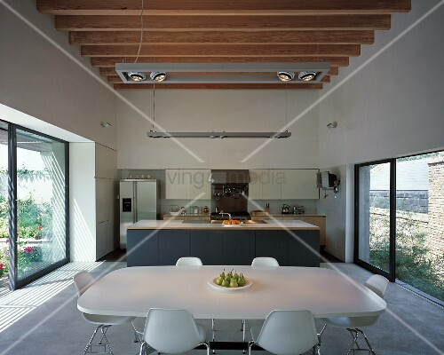 Moderne Wohnküche Mit Hölzerner Balkendecke Und Glasfront Auf