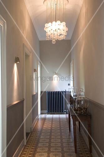 beleuchteter gang einer altbauwohnung mit modernen wandstrahlern und deckenleuchte mit. Black Bedroom Furniture Sets. Home Design Ideas