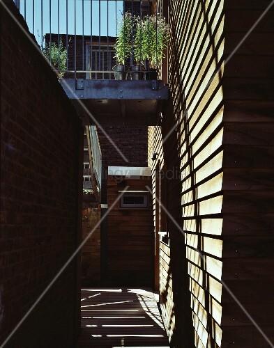 modernes wohnhaus mit holzfassade und balkon aus metall bild kaufen living4media. Black Bedroom Furniture Sets. Home Design Ideas