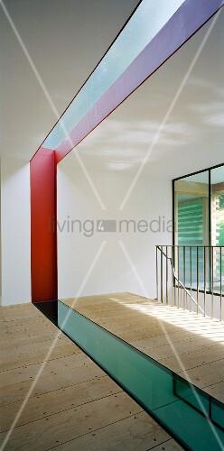 dielenboden mit bunter eingelassener glasplatte bild kaufen living4media. Black Bedroom Furniture Sets. Home Design Ideas