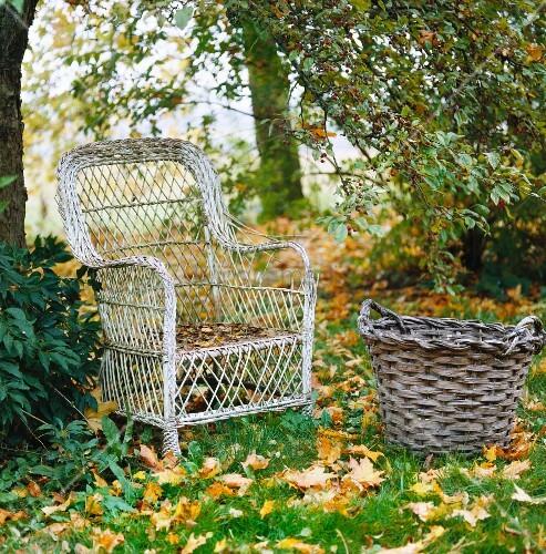 verwitterter sessel aus rattan und korb in wiese bild kaufen living4media. Black Bedroom Furniture Sets. Home Design Ideas
