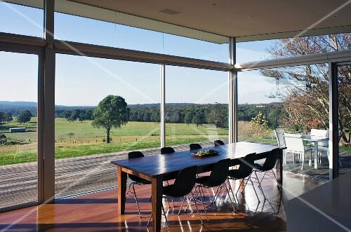 esszimmer mit glasfront zu der terrasse bild kaufen. Black Bedroom Furniture Sets. Home Design Ideas