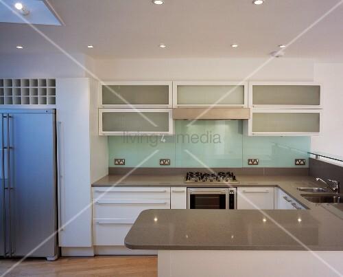 Eine U-förmige Küche – Bild kaufen – living4media