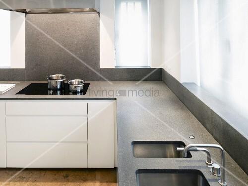 Steinplatte küche  Küchenzeile übereck mit grauer Steinplatte und integrierter Spüle ...
