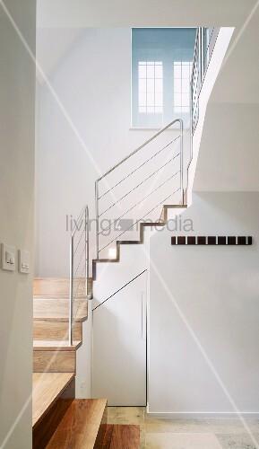 weiss get ntes treppenhaus mit treppe aus holz und gel nder aus edelstahl bild kaufen. Black Bedroom Furniture Sets. Home Design Ideas