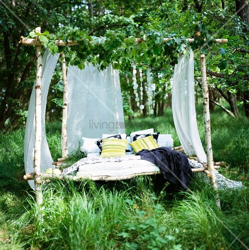 ein bett aus sten gemacht auf einer lichtung im wald. Black Bedroom Furniture Sets. Home Design Ideas