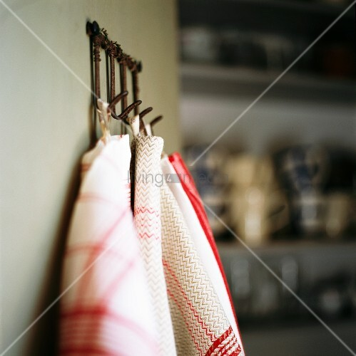 Tea towels hanging on pegs bild kaufen living4media for Picture hanging pegs