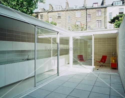 innenhof mit weissen bodenfliesen und blick durch offene. Black Bedroom Furniture Sets. Home Design Ideas