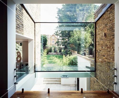 Blick durch Glaswand auf den Garten – living4media