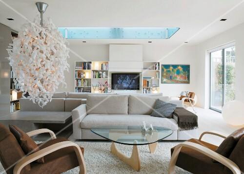 helles wohnzimmer mit designerlampe und oberlicht bild kaufen living4media. Black Bedroom Furniture Sets. Home Design Ideas