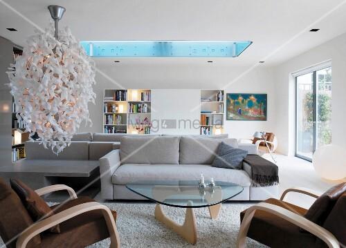 helles wohnzimmer mit designerlampe und oberlicht bild