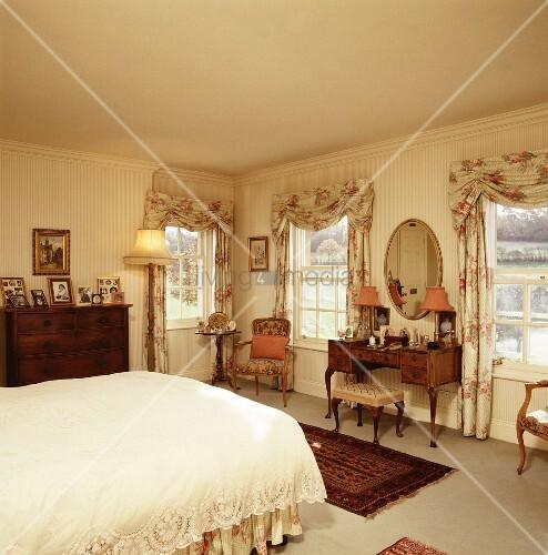 romantisches schlafzimmer im historischen stil mit blick auf frisierkommode bild kaufen. Black Bedroom Furniture Sets. Home Design Ideas