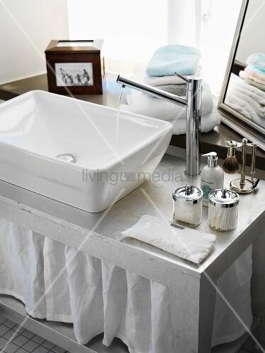 waschbecken auf silbernem waschtisch bild kaufen living4media. Black Bedroom Furniture Sets. Home Design Ideas