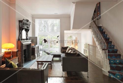 wohnraum mit m beln im vintagelook und offener treppe mit gemustertem teppichl ufer bild. Black Bedroom Furniture Sets. Home Design Ideas