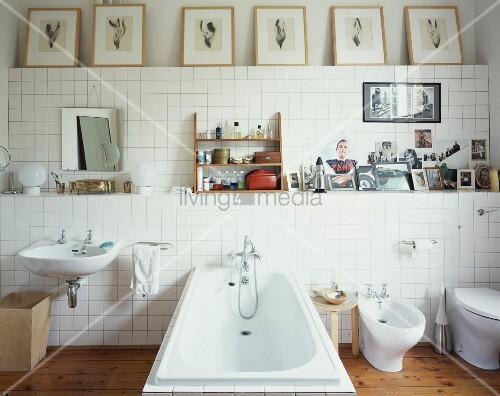 sanit robjekte vor weiss gefliester wand und gerahmte bilder auf ablage bild kaufen living4media. Black Bedroom Furniture Sets. Home Design Ideas