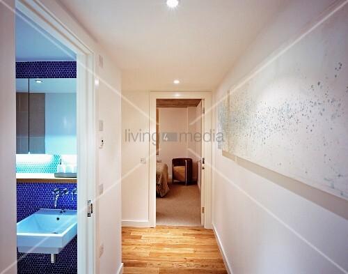 moderner flur und ge ffnete badet r mit blick auf blaue mosaikfliesenwand bild kaufen. Black Bedroom Furniture Sets. Home Design Ideas