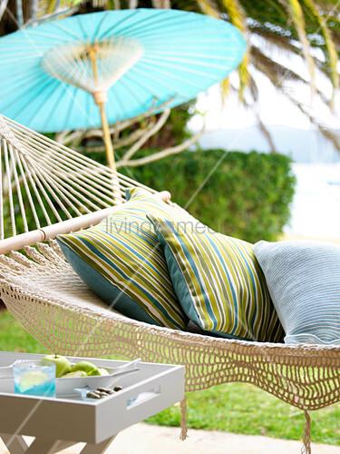 kissen in h ngematte und asiatischer sonnenschirm aus. Black Bedroom Furniture Sets. Home Design Ideas
