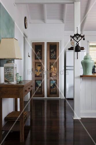 Bemalte schrankt ren in elegantem wohn und esszimmer mit for Tischgarnitur esszimmer