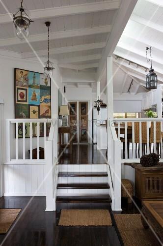 Offener wohnraum mit treppe an empore in l ndlichem for Tischgarnitur esszimmer