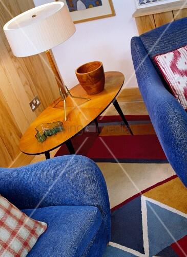 Sessel tischleuchte auf beistelltisch im 50er jahre stil for Beistelltisch 50er jahre