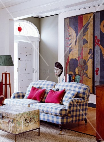 wohnraum mit kariertem sofa truhe als couchtisch. Black Bedroom Furniture Sets. Home Design Ideas