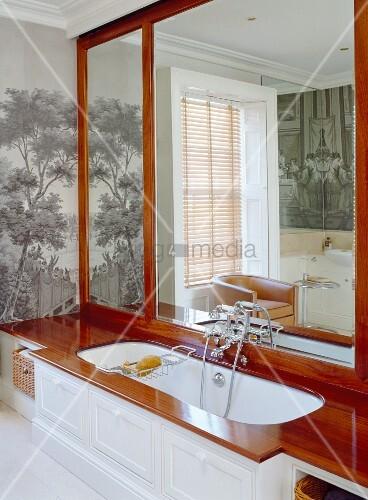 badewanne in holz eingelassen mit gro er spiegelwand. Black Bedroom Furniture Sets. Home Design Ideas