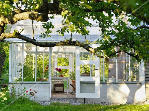 blick in traditionellen gartenpavillon aus glas mit offenstehender t r bild kaufen living4media. Black Bedroom Furniture Sets. Home Design Ideas