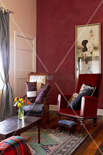 Antike lesesessel in traditionellem wohnzimmer mit for Bild wand wohnzimmer